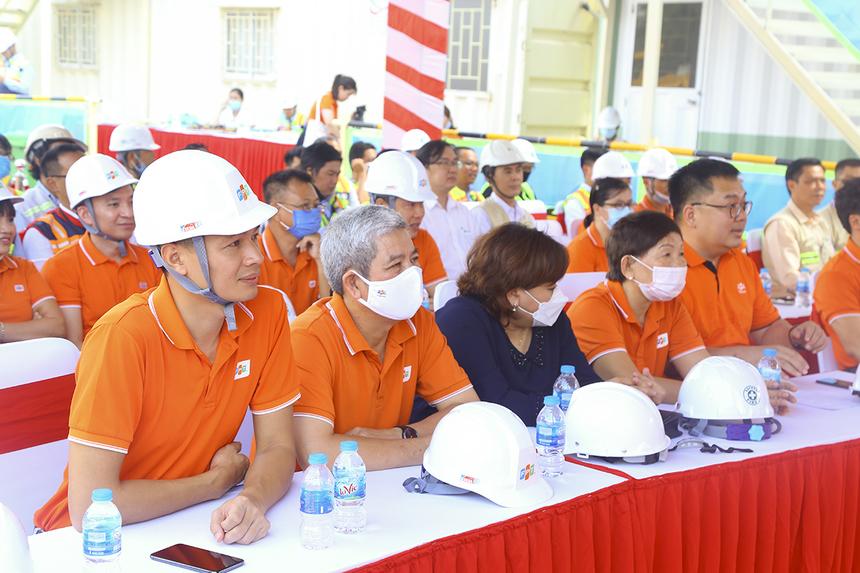 Tham dự lễ khởi công Data Center còn có sự hiện diện của chị Trương Thanh Thanh (Thành viên Hội đồng sáng lập FPT), chịLê Bích Loan (Phó Ban quản lý khu công nghệ cao TP HCM), anh Nguyễn Tuấn Hùng (CEO FPT HCM) và anh Vũ Anh Tú (PTGĐ FPT Telecom).